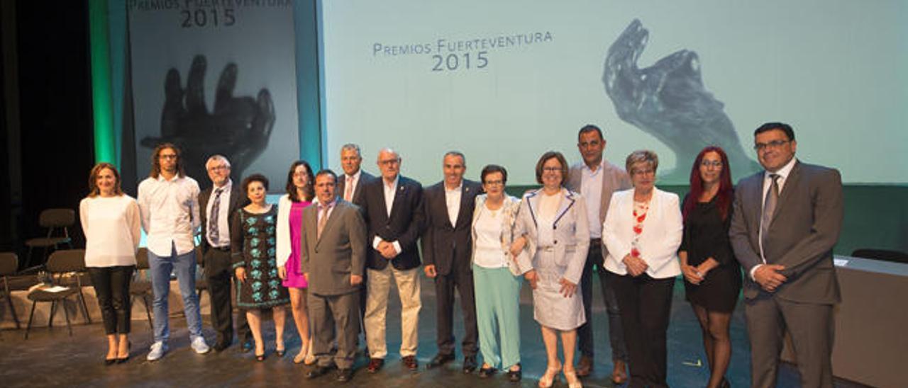 Foto de familia de los galardonados acompañados de los portavoces políticos del Cabildo de Fuerteventura.