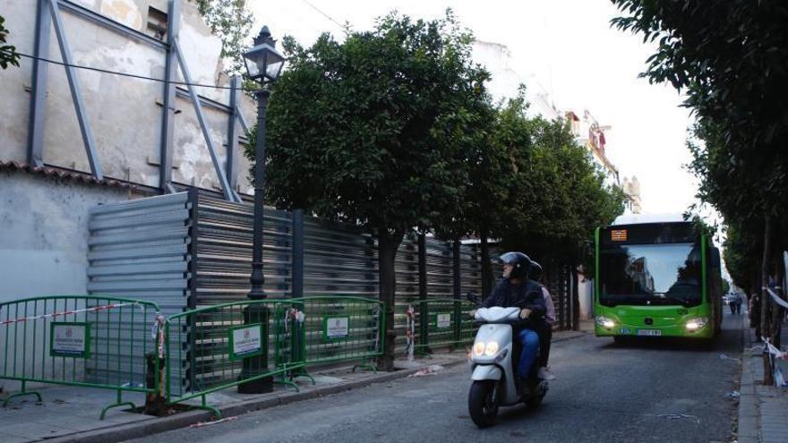 Reabierta al tráfico la calle San Fernando de Córdoba tras el derrumbe de la muralla romana