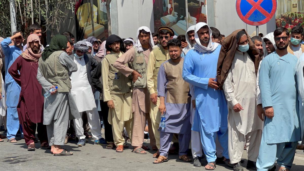 Decenas de hombres hacen cola para sacar dinero en Kabul.