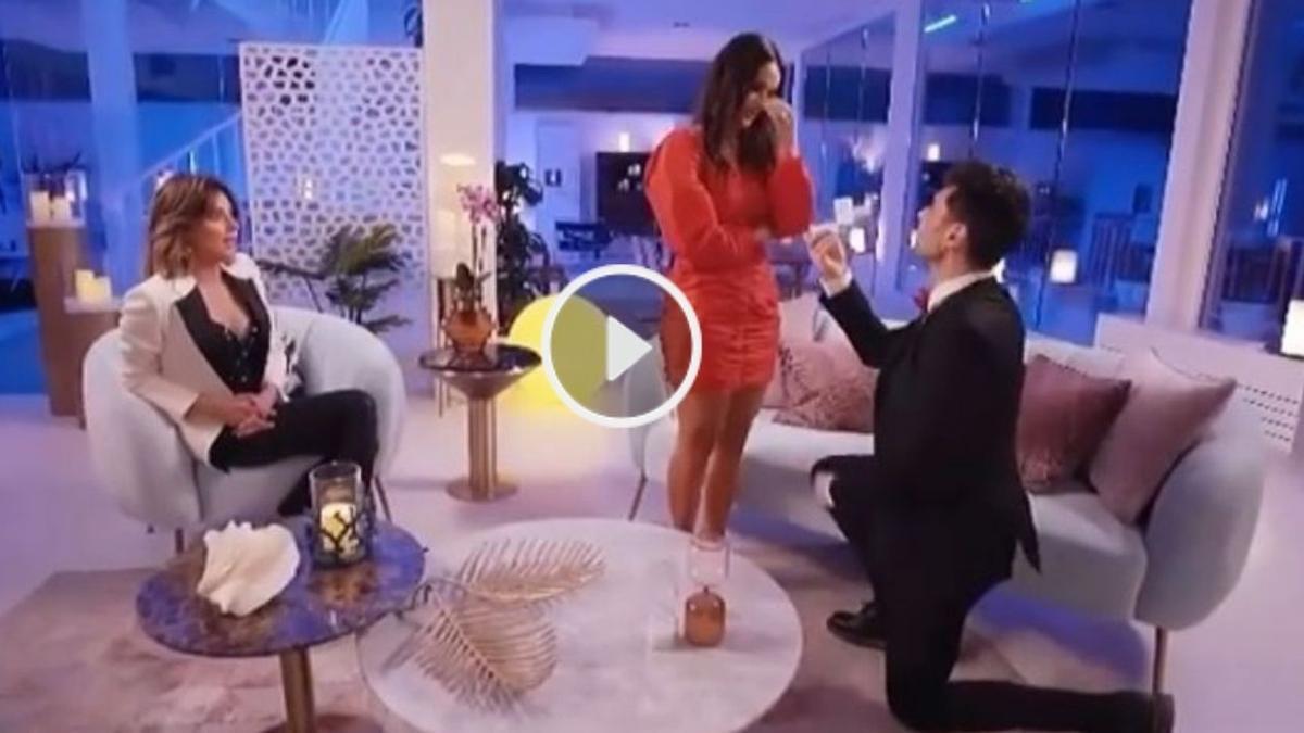 Momento en el que Hugo le pide a Lara que se case con él.