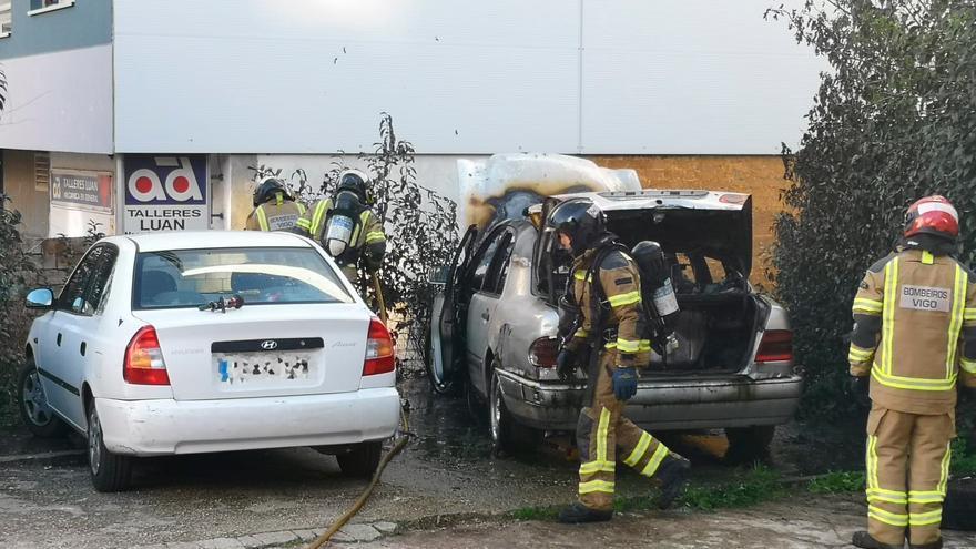 Arde un coche en Vigo y alerta a todo un vecindario