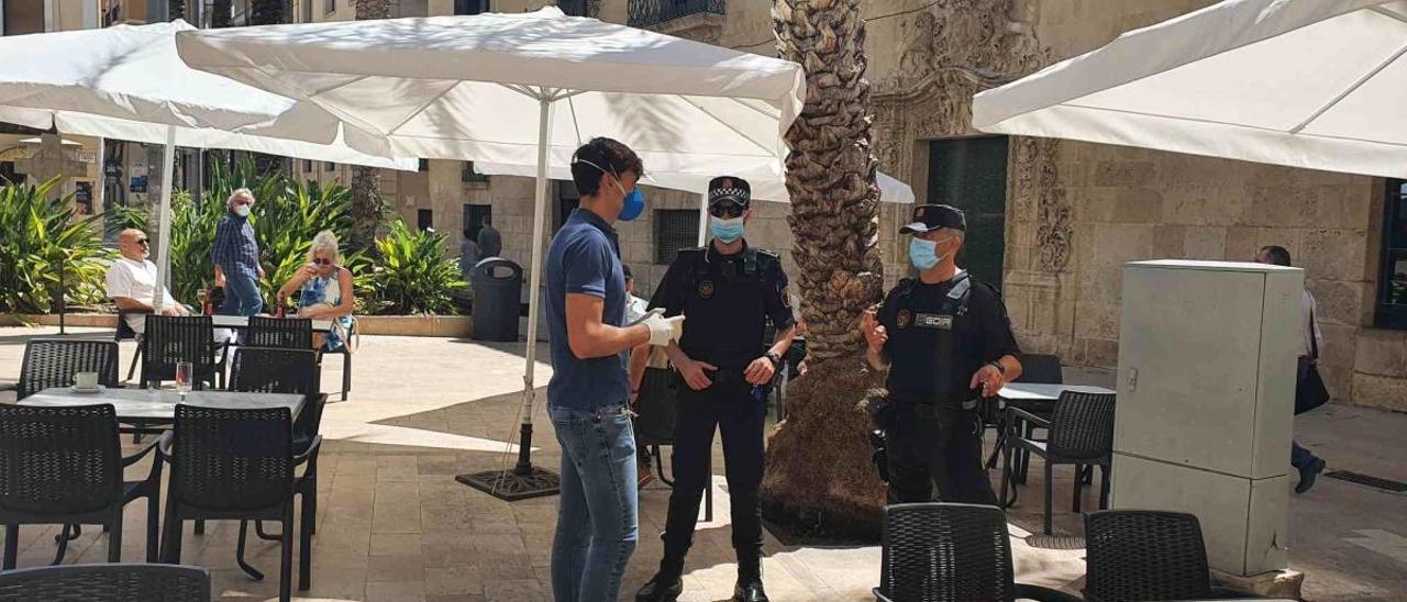 Agentes de la Policía Local durante la inspección de una terraza en el casco antiguo de Alicante.