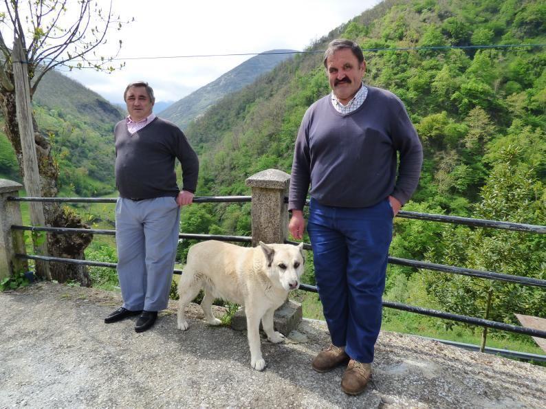 """Francisco y Marcelino Frade con su perro """"Popy"""" a la entrada de su casa."""