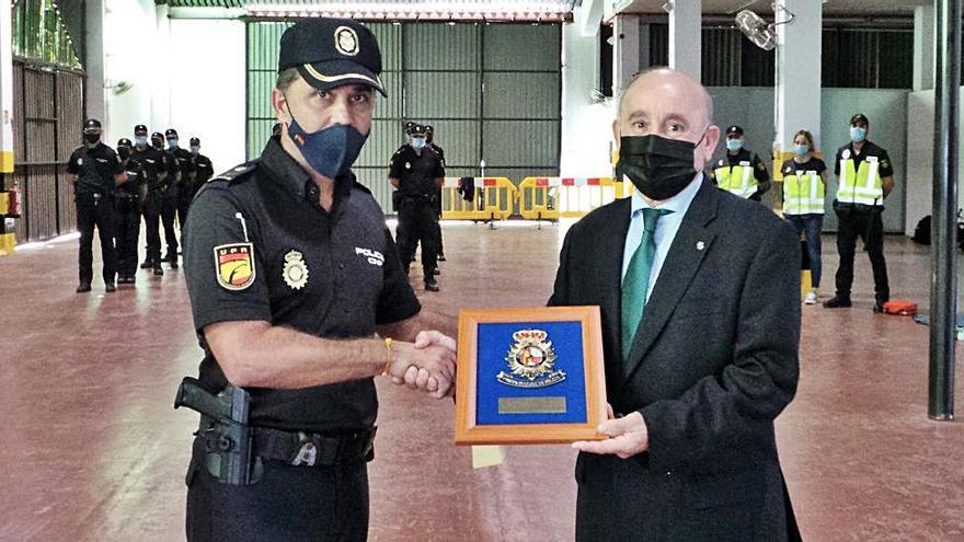 La Policía Nacional entrega una placa al presidente de Asima