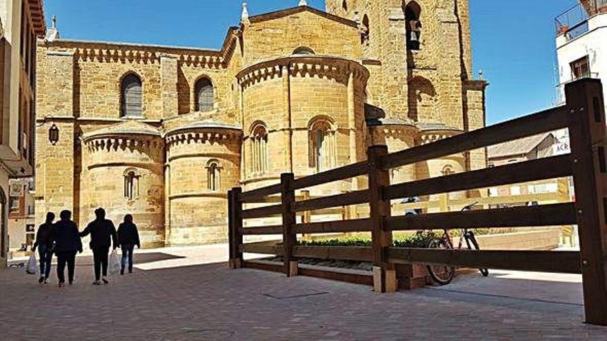 El vallado al estilo Navarra colocado en la conexión de la calle La Rúa con la plaza de Santa María.