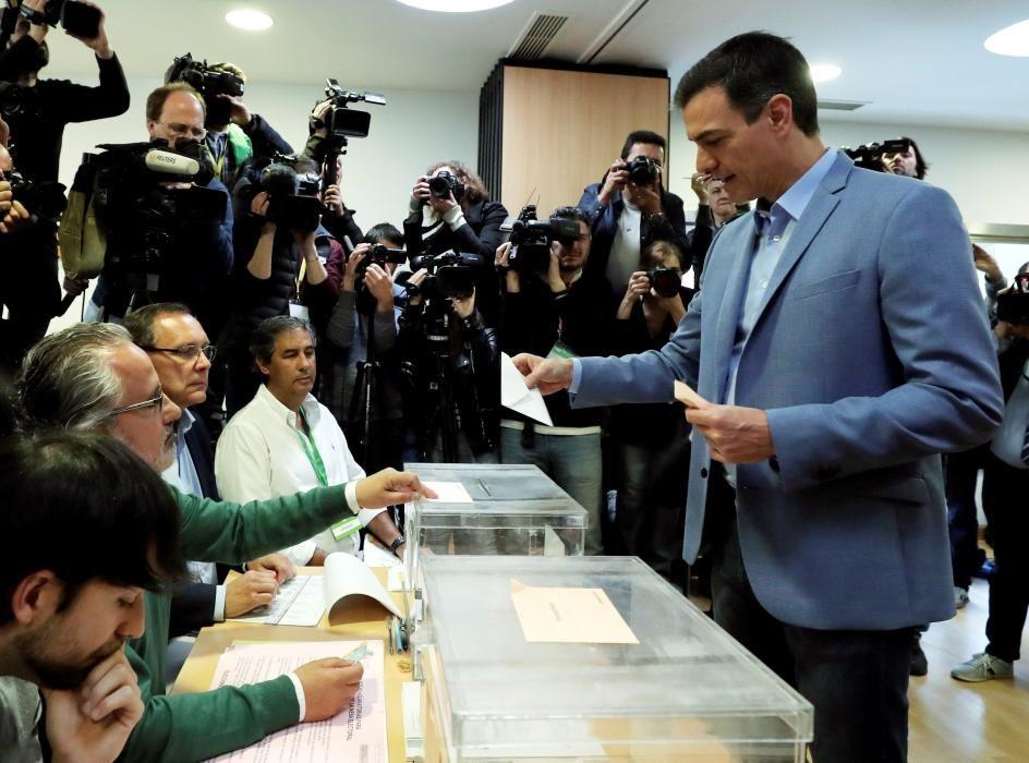 El presidente del Gobierno, Pedro Sánchez, durante el momento de votar.