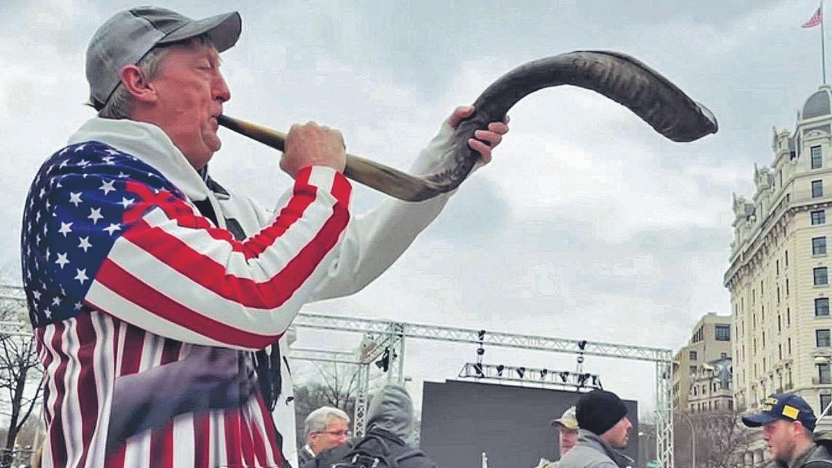 David Wood, haciendo sonar su cuerno durante la manifestación a las puertas del Capitolio. | | LP/DLP