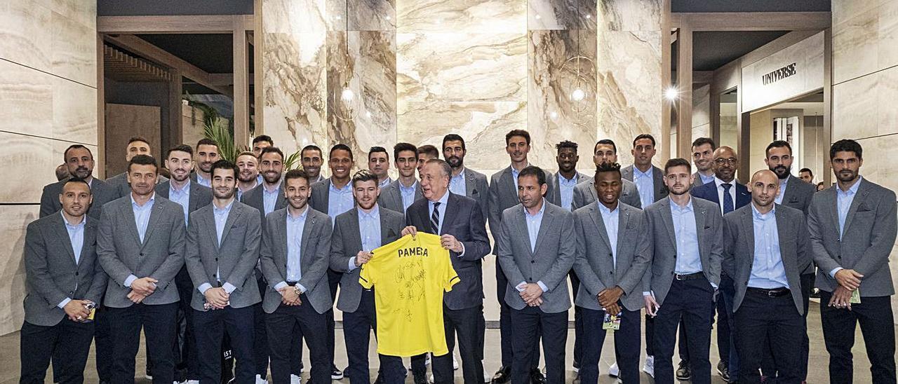 Fernando Roig en el estand de Pamesa en Cevisama con los jugadores del Villarreal C.F. | CEVISAMA