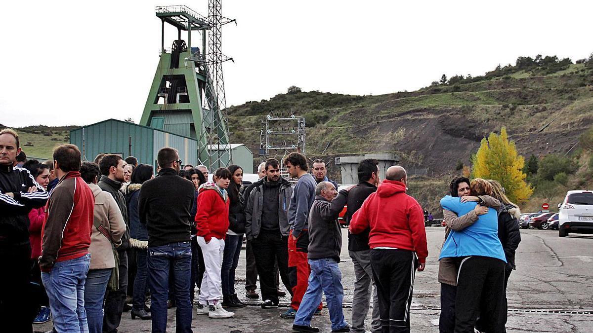 Familiares y amigos de los fallecidos a la entrada del pozo en la localida leonesa de Llombera de Gordón, allá por el año 2013. | Ical