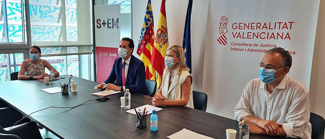 Gabriela Bravo, en el centro de la imagen, durante la presentación del proyecto. | INFORMACIÓN