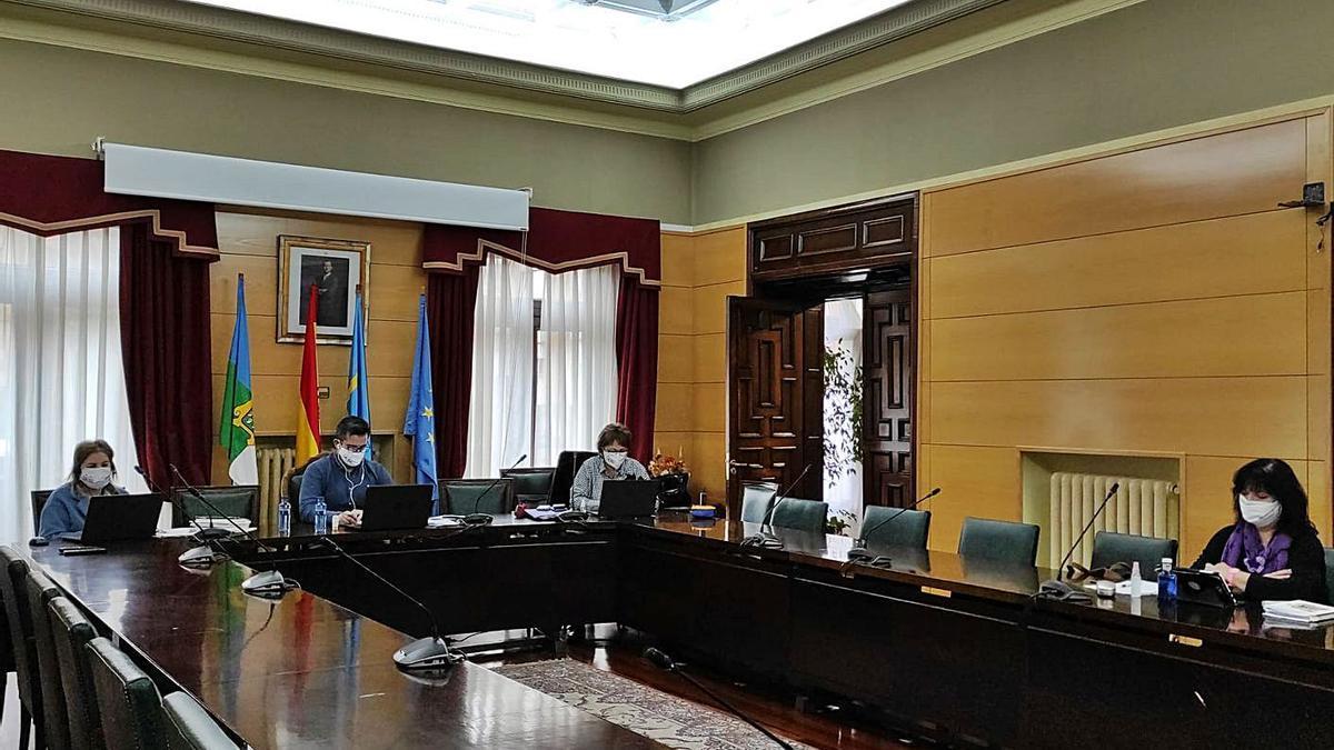 Los asistentes a la sesión telemática celebrada ayer en el salón de plenos en Langreo.