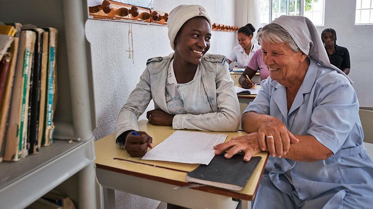 La hermana Juana María con una mujer durante una clase en la misión de Benguela (Angola).   Domund