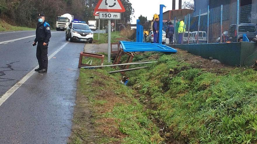 Un operario resulta herido a consecuencia de un golpe de un portal de 700 kilos en A Portela