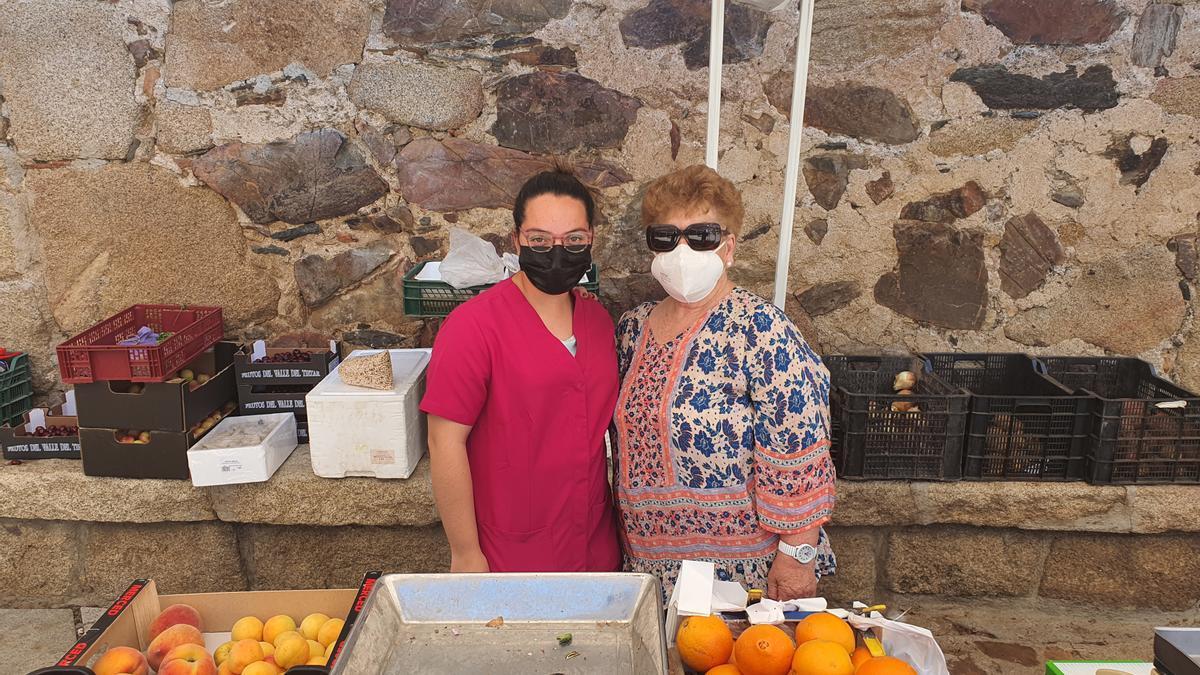 Frutas Mayoral vendiendo en el mercadillo de Peraleda de San Román.