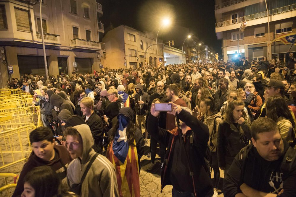Antifeixistes i espanyolistes conflueixen davant la Guàrdia Civil de Manresa
