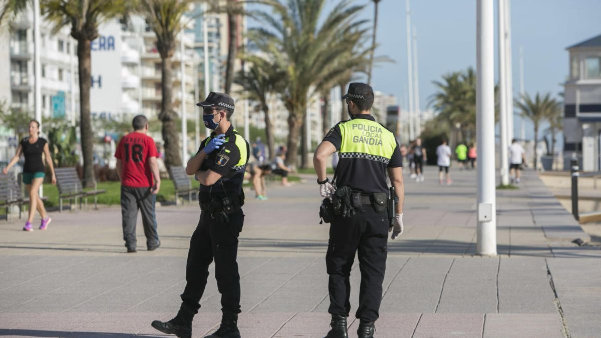 Dos agentes de la policía de Gandia, en el paseo marítimo.
