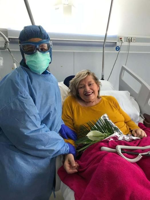 La auxiliar de enfermería Laura Roig y Liane Palmer, con el ramo con flores del jardín de la Policlínica en su regazo