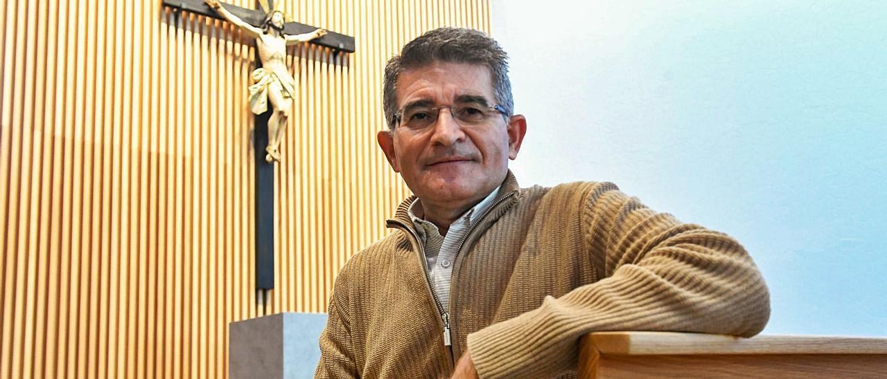 Antonio Viera en la moderna parroquia, aún sin inaugurar, de la Vega de San José, en Las Palmas de Gran Canaria.