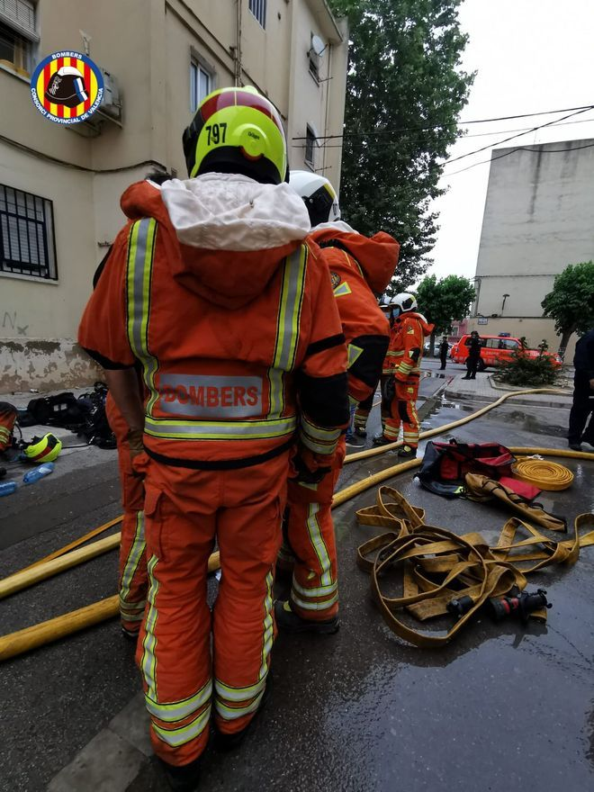 Los bomberos, durante el incendio de la vivienda de Algemesí que se ha cobrado una vida y tres heridos.