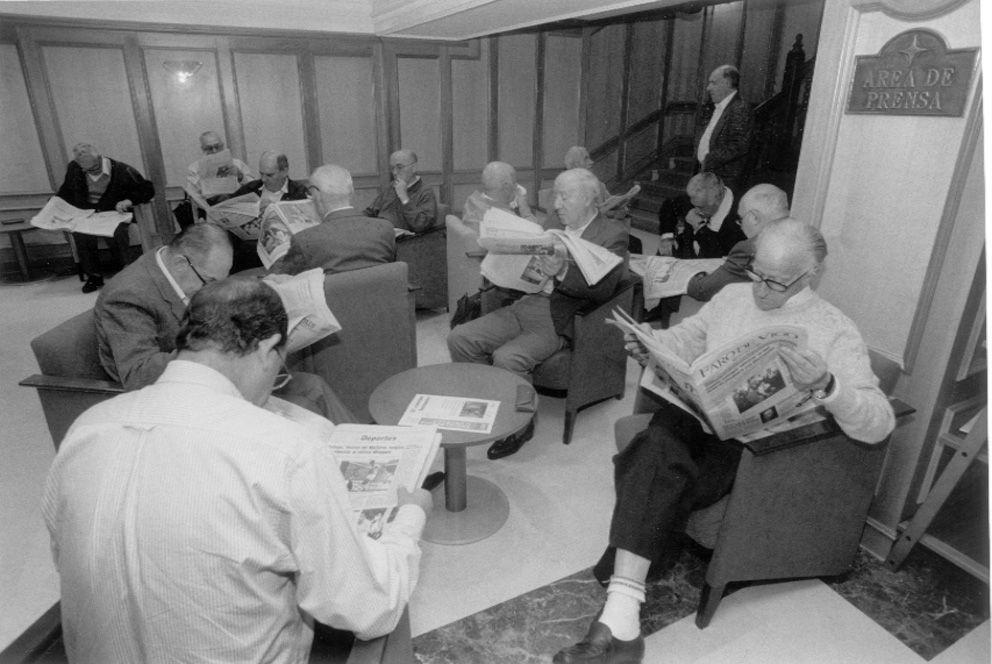 Socios leyendo la prensa en la sede de Príncipe_Magar.jpg