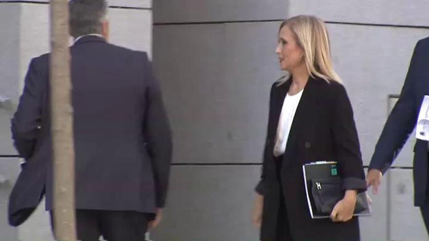 El juez interrumpe la declaración de Cifuentes porque la oían los periodistas