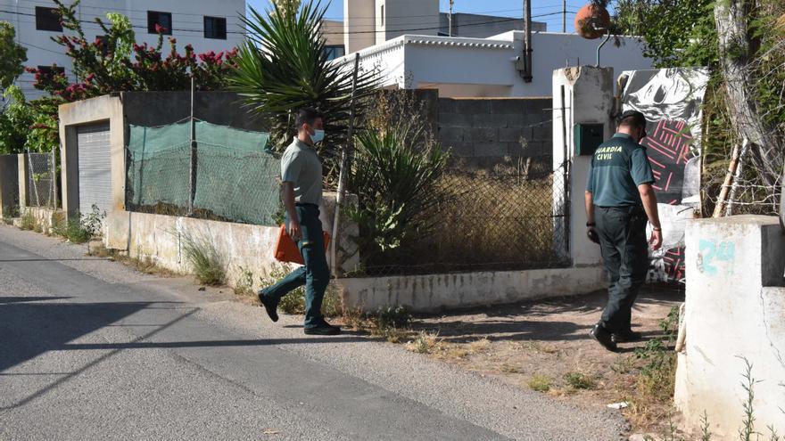 Hallan ropa en un pozo de la casa okupa de Ibiza en la que buscan el cuerpo de Nuria Escalante