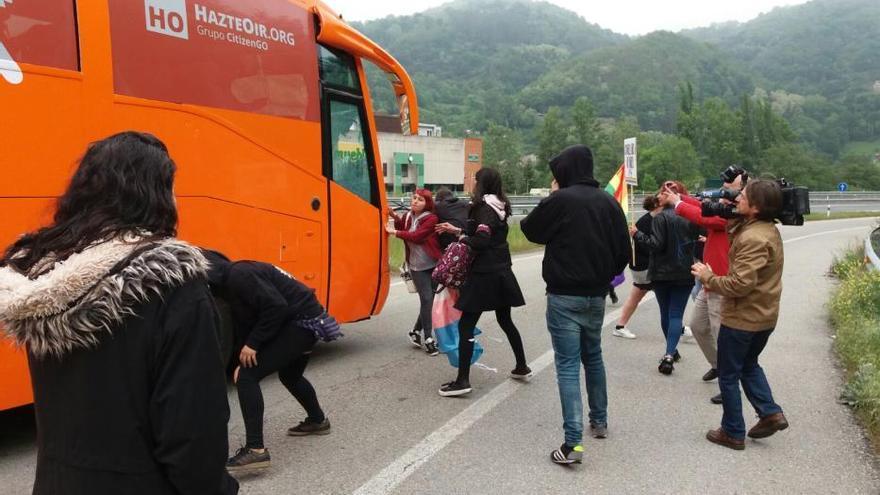 """El autobús de """"HazteOir"""", obligado a abandonar Asturias tras ser recibido a pedradas"""