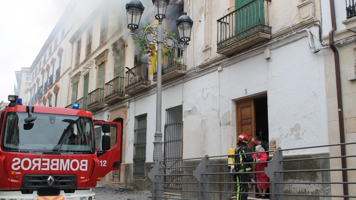 Los bomberos rescatan a una anciana por el incendio de una vivienda colindante a su casa en Baena