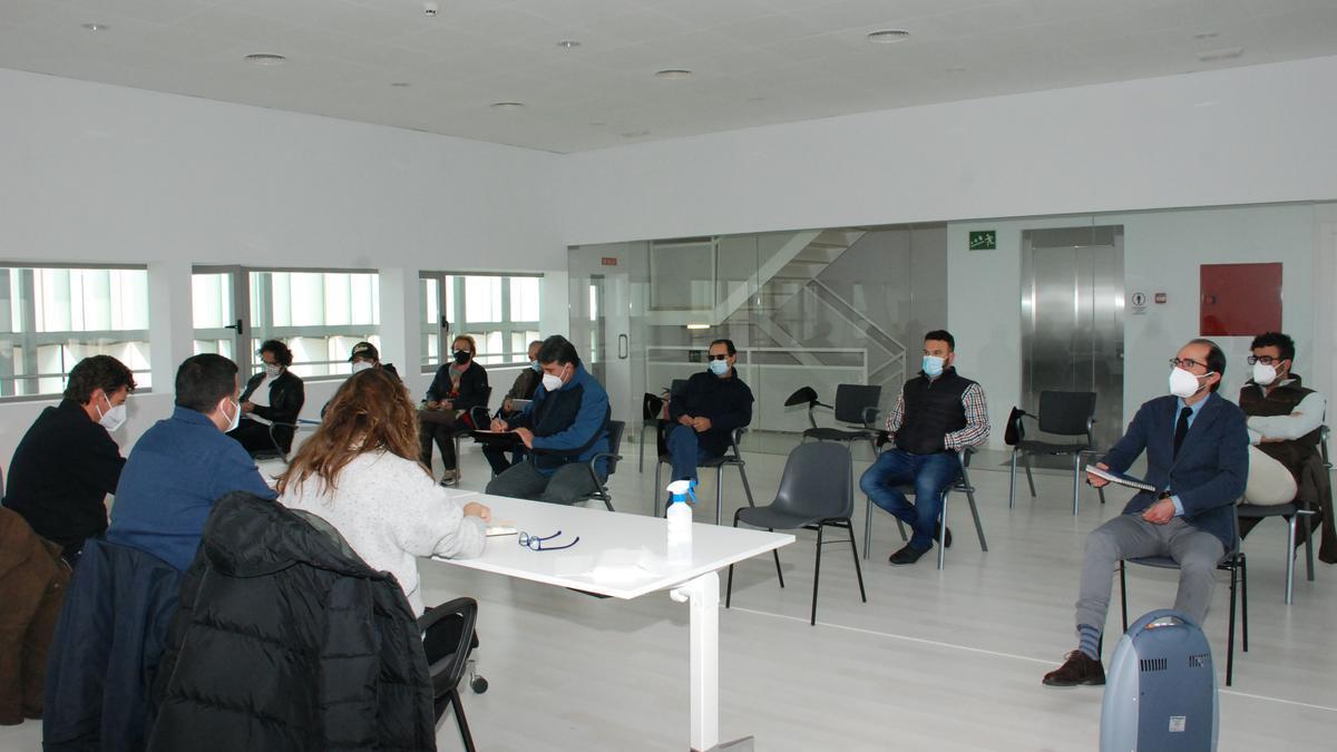 Apicultores zamoranos asisten al encuentro celebrado en el Teatro Ramos Carrión.