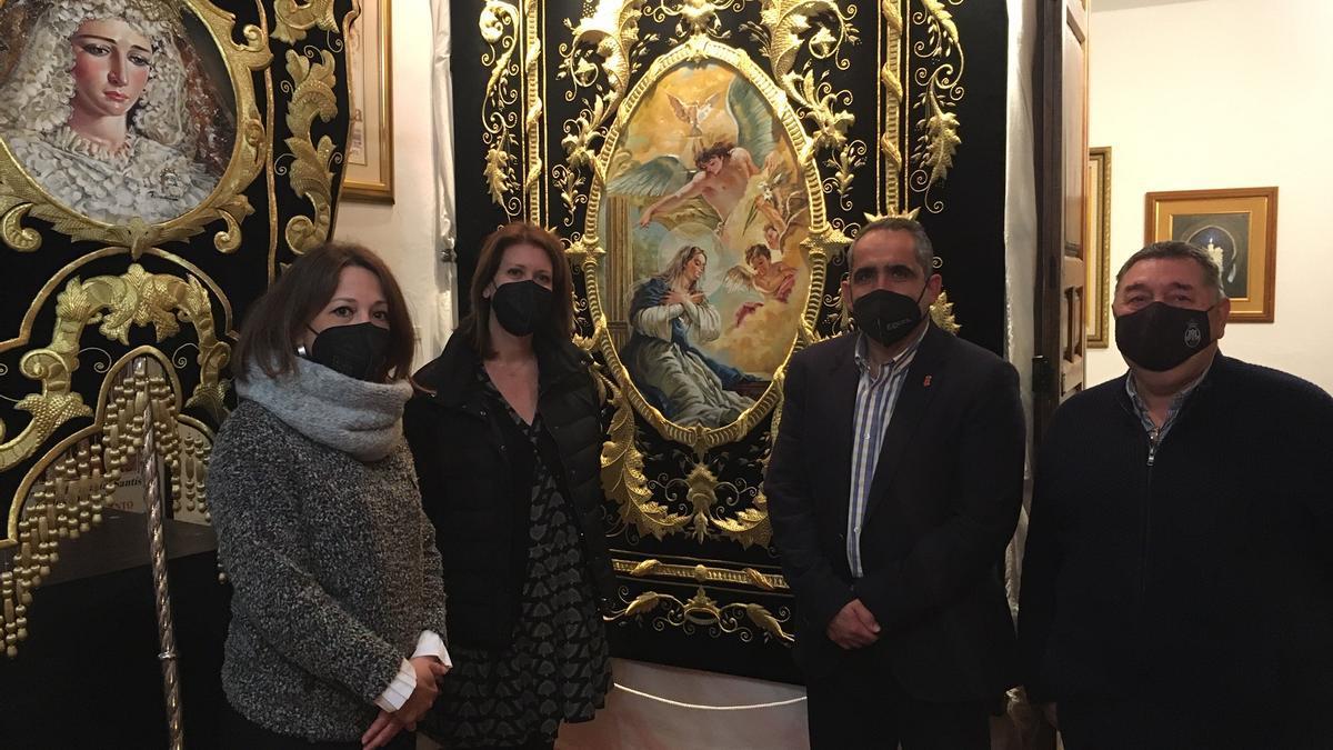 La delegada del Gobierno de la Junta en Málaga, Patricia Navarro, durante su visita a las cofradías de Álora