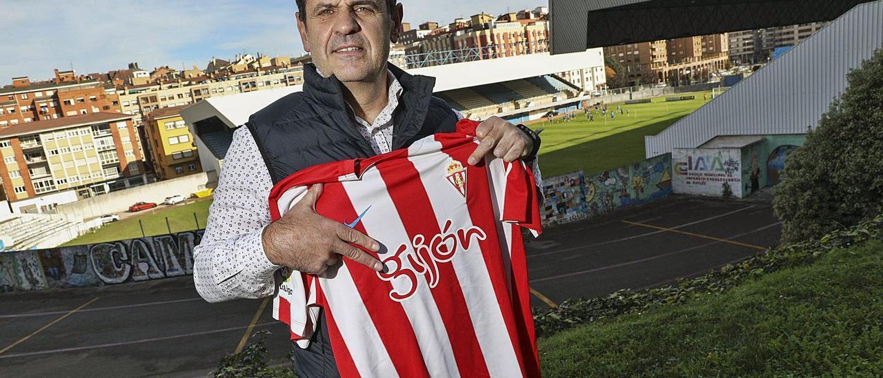 Tino García, con el Suárez Puerta de Avilés a su espalda, posa con una camiseta del Sporting. | Ricardo Solís