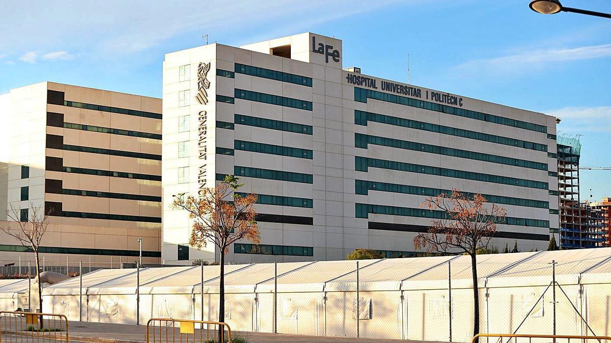 La Fe alberga a su alrededor un hospital de campaña por si fueran necesarias más camas.    F. CALABUIG