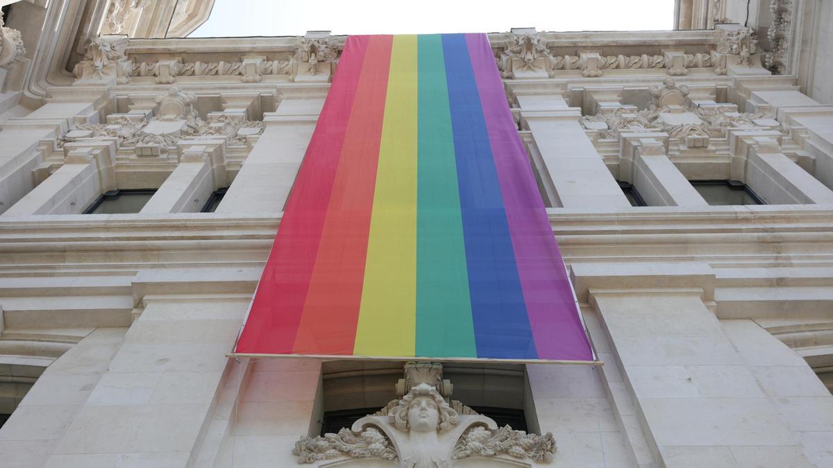 Bandera LGTBI en el Palacio de Cibeles de Madrid.
