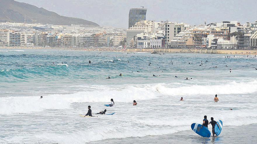 El Ayuntamiento apremia a Costas para regular el surf en Las Canteras y La Laja