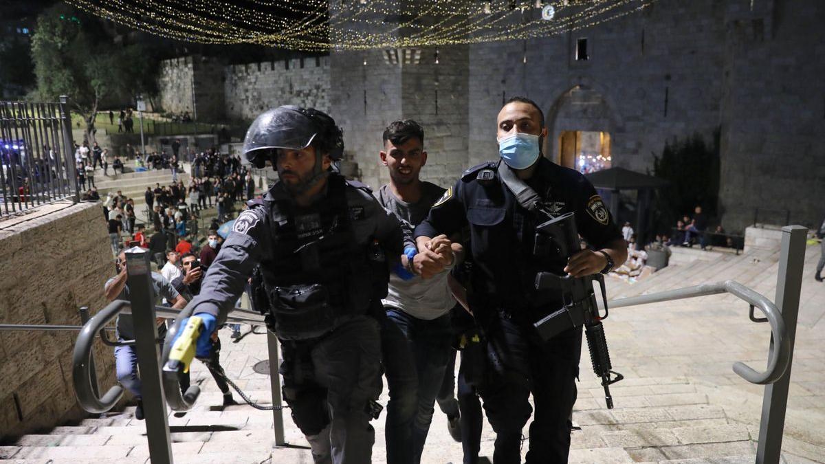 Soldados israelís se llevan a un detenido en Jerusalén este.