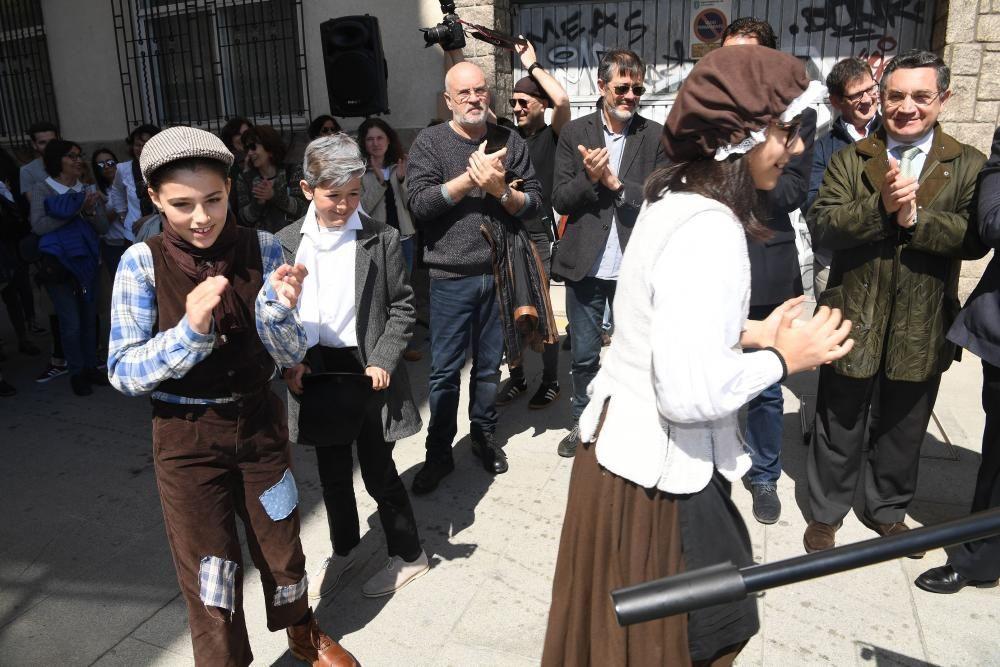 El alcalde Xulio Ferreiro y varios concejales participan en el descubrimiento de la placa de la calle que linda con la Maestranza. La enfermera llevó a América la vacuna contra la viruela en el XIX.