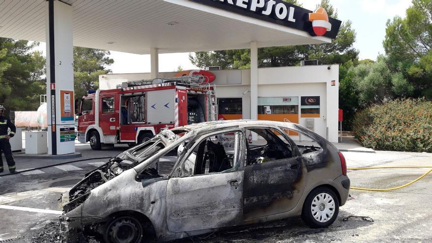 Pánico al incendiarse un coche en una gasolinera de Llucmajor
