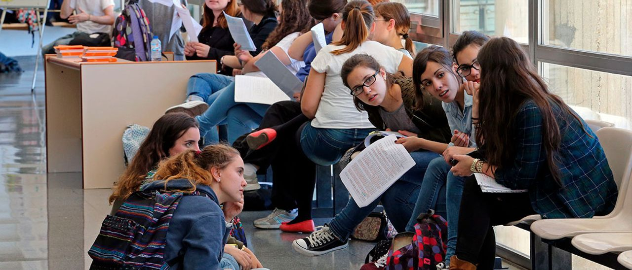 Estudiantes en los pasillos de la UVigo, antes de la pandemia