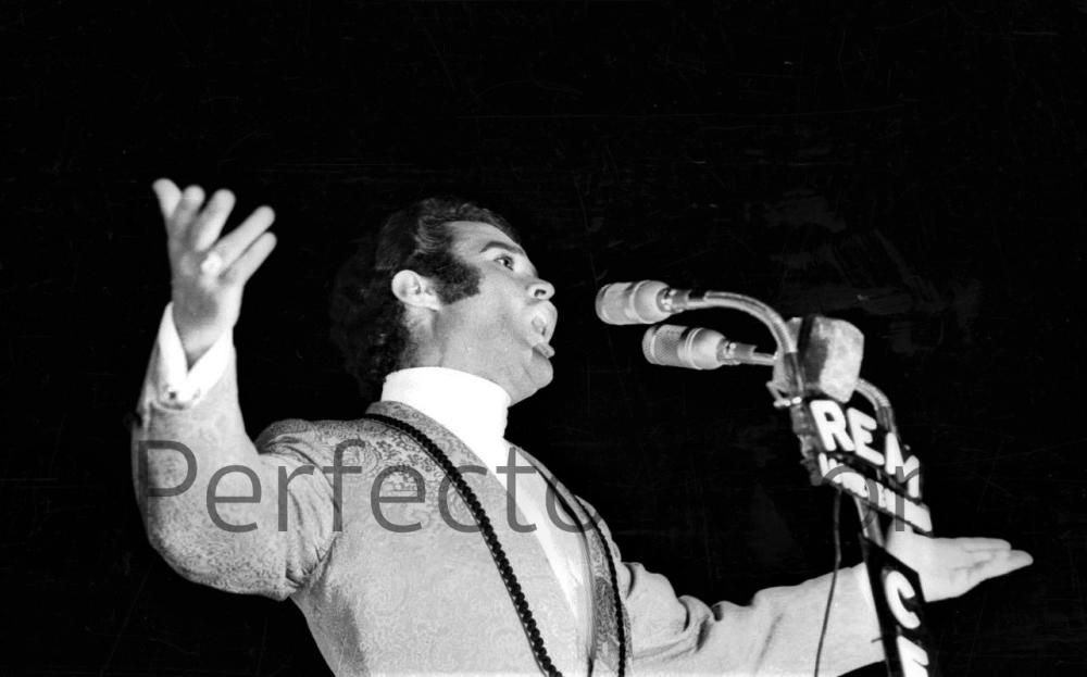 PEDRITO RICO, CANTANTE DE ELDA, DURANTE SU ACTUACIÓN EN EL X FESTIVAL DE LA CANCIÓN. JULIO 1968.