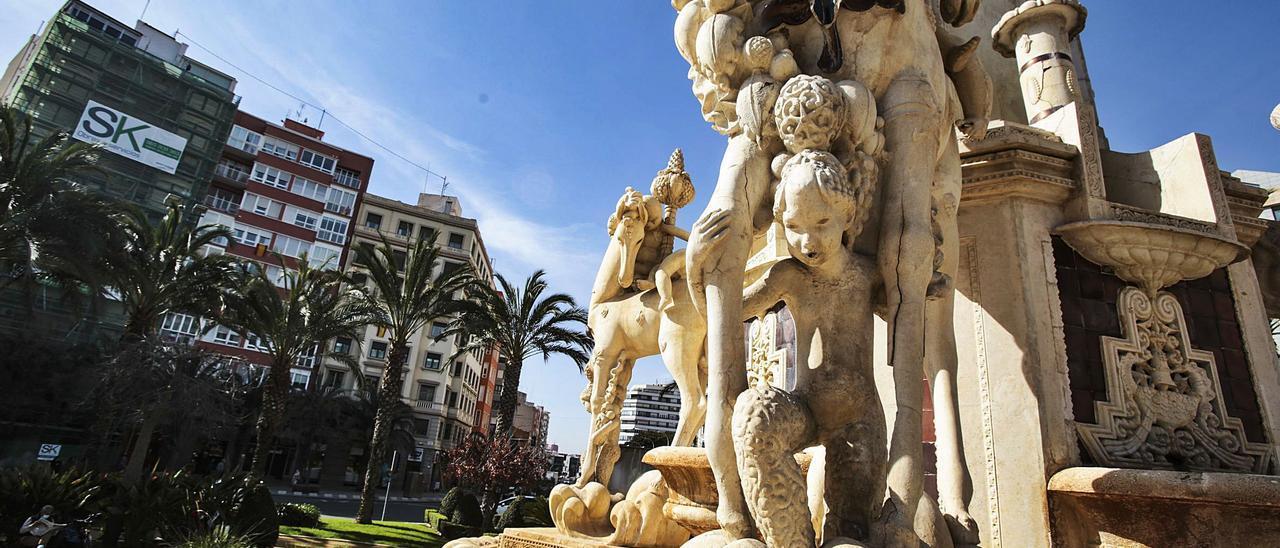 La fuente monumental de Luceros será restaurada en los próximos seis meses por una empresa que participó en la rehabilitación de la catedral de Santiago. | MANUEL R. SALA