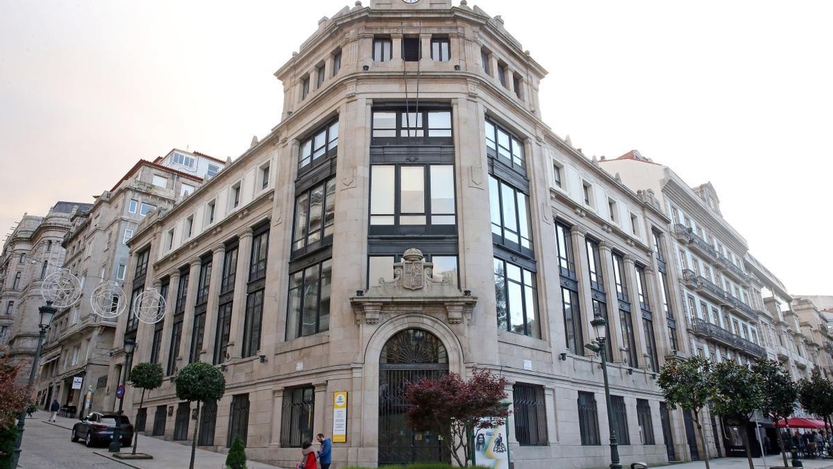 Edificio que alberga la sede de Correos en la Plaza de Compostela en Vigo