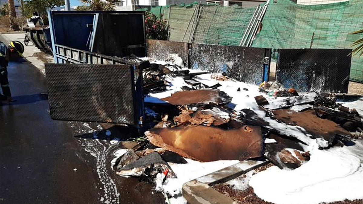 Arden basuras, cartones y maderas en el Polígono de Güímar   BOMBEROS DE TENERIFE