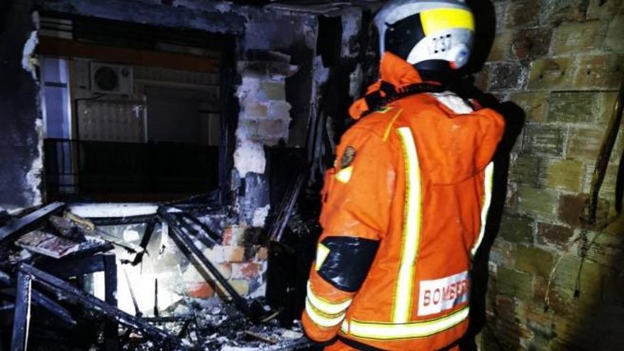 Asisten a una joven y un niño de 4 años por inhalación de humo en un incendio de una vivienda en Alaquàs