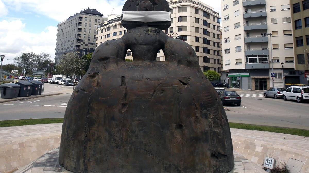 La escultura de Manuel Valdés con una mascarilla en la boca.