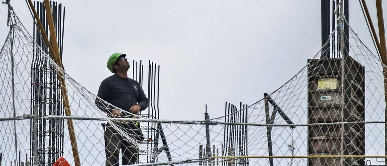 Obreros trabajando en proyectos en Valencia.