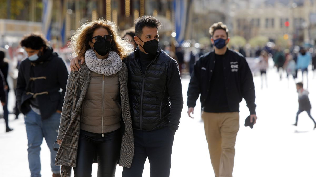 Una pareja pasea por la Plaza del Ayuntamiento de València
