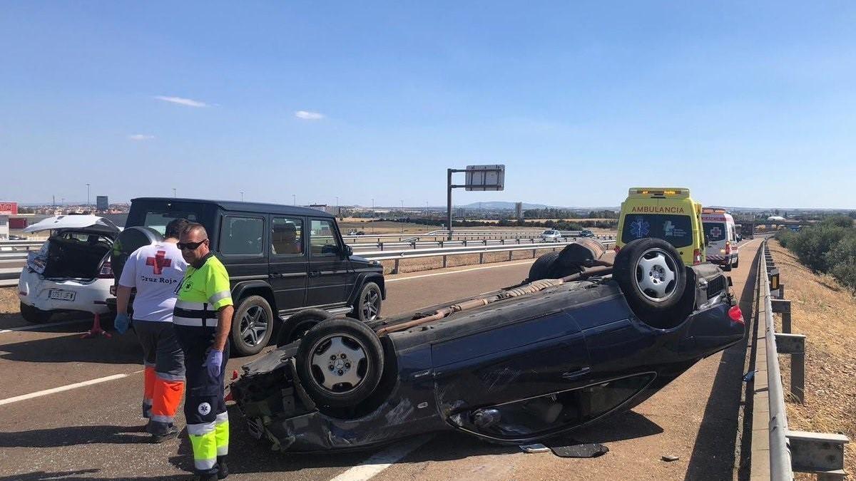 Dos hombres resultan heridos en una colisión por alcance con vuelco de un vehículo en Badajoz