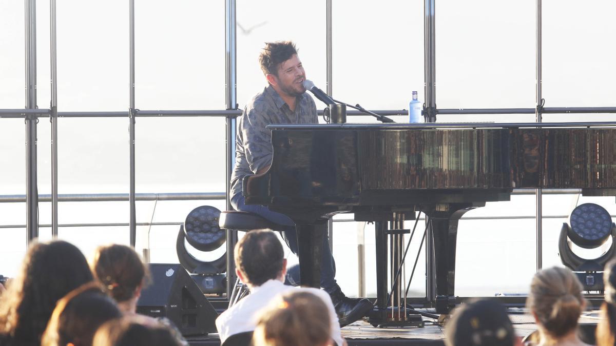 El cantante Pablo López durante un concierto en la terraza del auditorio Mar de Vigo. / Alba Villar