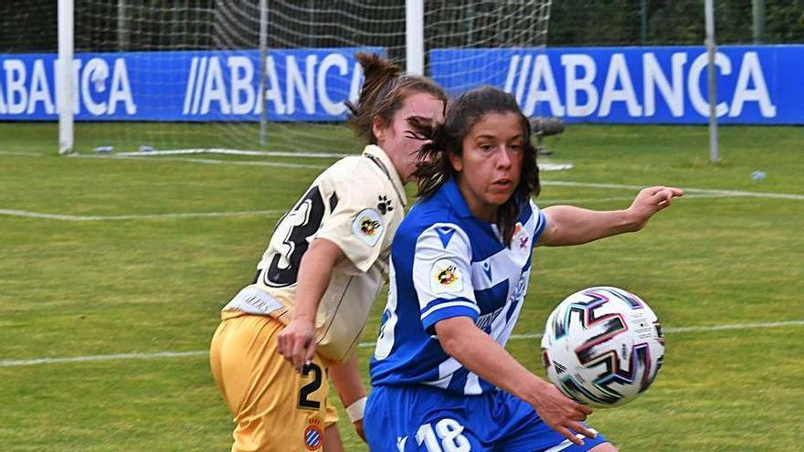 La delantera Peke protege el balón frente al Espanyol.    // VÍCTOR ECHAVE