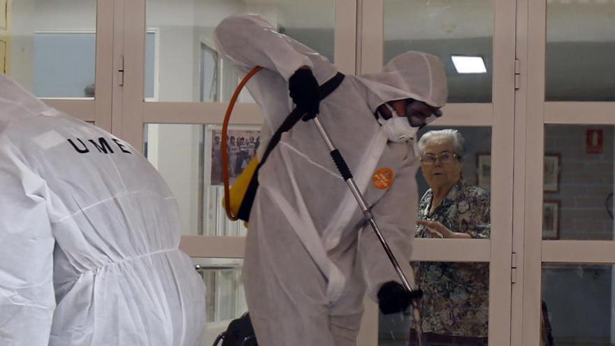 La UME desinfecta una residencia en Alzira.